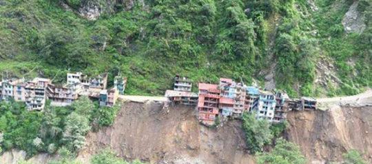बाह्रबिसे-तातोपानी सडक अवरुद्ध, भोटेकोसीले १५ घरमा क्षति